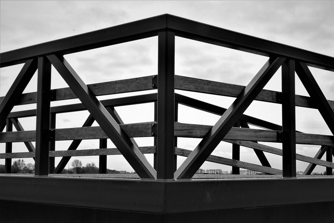 brug tussen de weilanden - brug tussen de weilanden - foto door Ellengton op 27-10-2020 - deze foto bevat: uitzicht, brug, zwartwit, verlaten, weilanden, weids