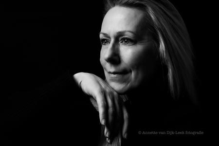 Thoughts - Met dank aan Linda Iwema. Een wens om samen een zwart-wit serie te maken. Uit haar comfort zone... - foto door annette-fotograaf op 07-03-2021 - deze foto bevat: vrouw, donker, portret, schaduw, model, flits, ogen, haar, fashion, beauty, zwartwit, emotie, glamour, studio, blond, closeup, fotoshoot, flitser