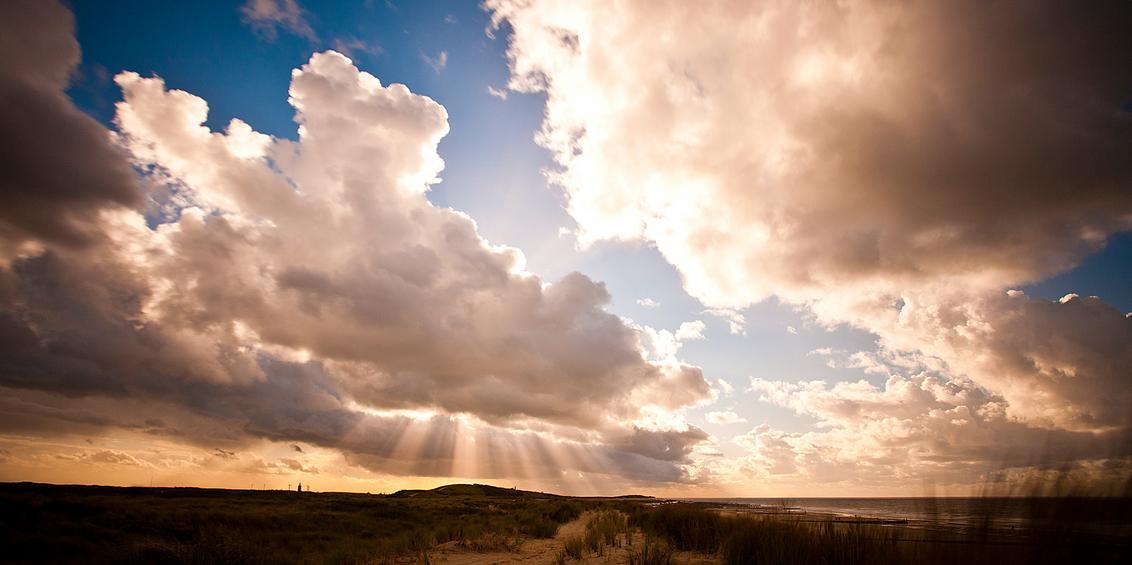 Westkapelle - The day after! nog steeds lekker winderig en mooie luchten om de gijsfilter weer eens voor te gebruiken - foto door 3157245 op 29-10-2013 - deze foto bevat: wolken, zon, strand, zee, wind, duinen, walcheren, westkapelle, grijsfilter