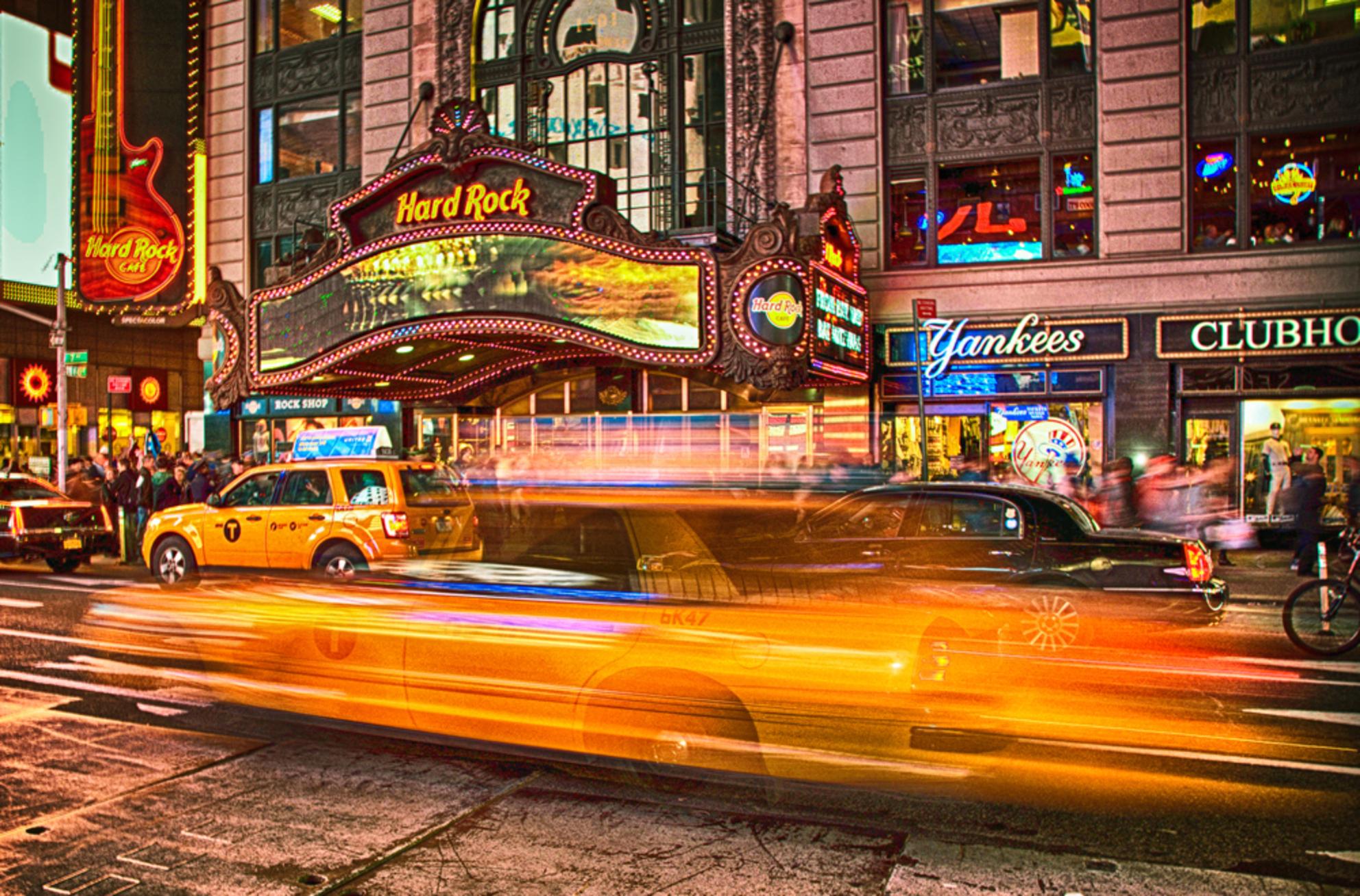 Times Square - Deze foto is gemaakt met een langere sluitertijd zonder flits in New York, Times Square. Daarna bewerkt in Photoshop. - foto door marscha_zoom op 14-09-2016 - deze foto bevat: straat, geel, avond, yellow, stad, newyork, cab, taxi, neon, manhattan, contrast, photoshop, hdr, metropool, timessquare