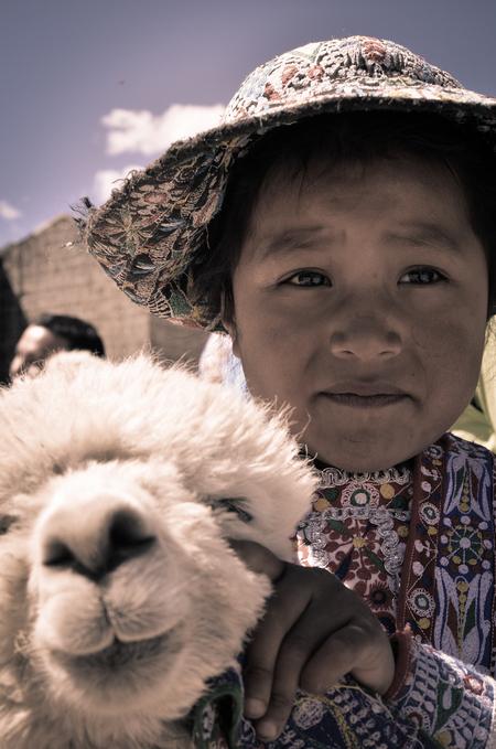 Portret van Peru - Dit jonge meisje kwam ik tegen tijdens mijn reis door Peru. Zij weerspiegelt voor mij het sterke karakter van dit land. De prachtige baby-alpaca op d - foto door veenstra1986 op 20-08-2013
