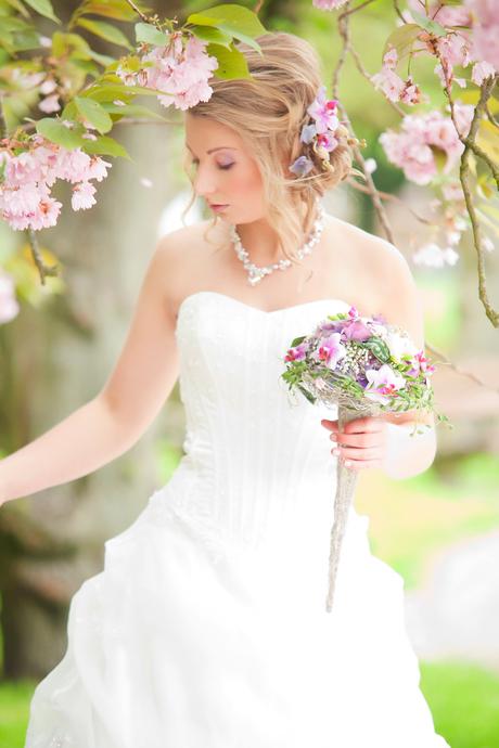 Kim in bruidsjurk