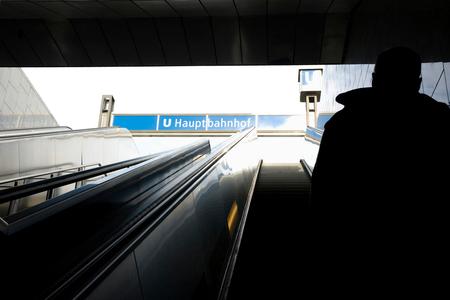 Berlijn - De laatste paar maanden ben ik minder actief op Zoom en ben ik minder regelmatig aanwezig. Het zal door omstandigheden (burnout) ook nog een tijdje z - foto door Yiba op 30-10-2009 - deze foto bevat: man, station, silhouet, berlijn, trap. roltrap