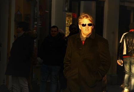 Geen overbodige luxe.... - - - foto door MaryBruijn op 05-02-2019 - deze foto bevat: man, mensen, amsterdam, portret, schaduw, stad, zonlicht, zonnebril, straatfotografie, centrum