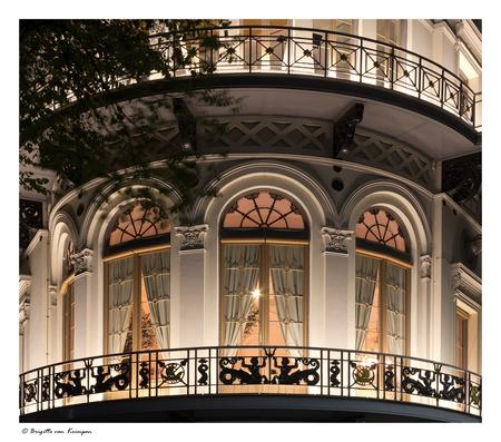 Behind closed doors - Voorlopig even de laatste van de Rotterdam Zoom avond van Ron & Hans. Terwijl iedereen de Erasmusbrug aan het fotograferen was heb ik op dat moment  - foto door Puck101259 op 04-10-2017 - deze foto bevat: rotterdam, licht, avond, lijnen, balkon, sfeer, hotel, lampen, gordijnen, brigitte, lange sluitertijd, zoom avond