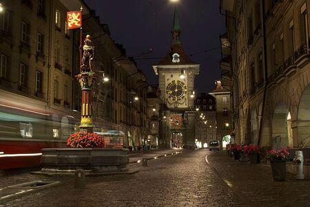 Bern - De Zytglogge klokkentoren in Bern. - foto door paulcelus op 08-10-2016 - deze foto bevat: gebouw, straatfotografie, avondfoto, reisfotografie