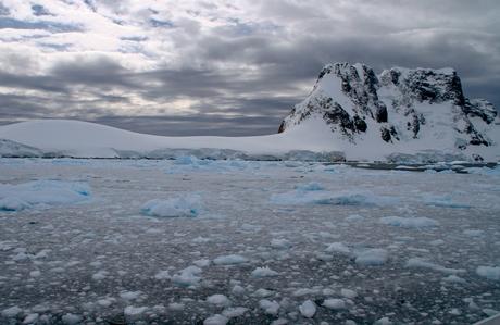 Donkere wolken boven Antarctica