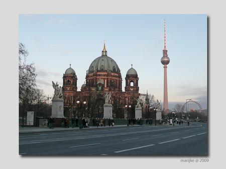 Berlijn 19 - Via de lange Unter den Linden bereik je de Berliner Dom. Deze bijna bombastische kathedraal was eens de hofkerk van de Hohenzollerns en ook de begraa - foto door ekeren op 25-02-2009 - deze foto bevat: dom, berliner