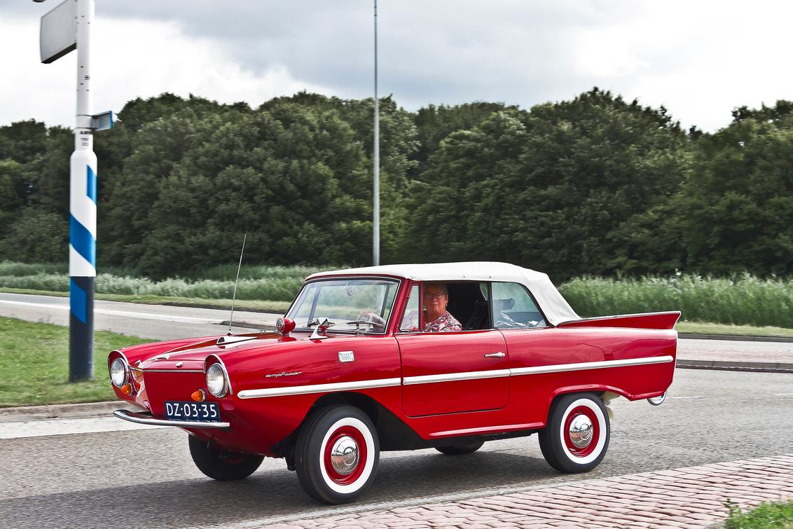 Amphicar 770 1967 (4150) - 1967 Amphicar 770  - een amfibievoertuig waarmee je op het land kon rijden (70 mph / 110 km/uur) en kon varen (7 knopen / 12 km/uur aangedreven doo - foto door clay op 26-03-2021 - deze foto bevat: auto, oldtimer, straatfotografie, evenement, 1967, clay, vintage transport, duitse oldtimer, lelystad - nederland, amphicar 770