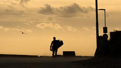 Eenzame surfer op weg naar het water
