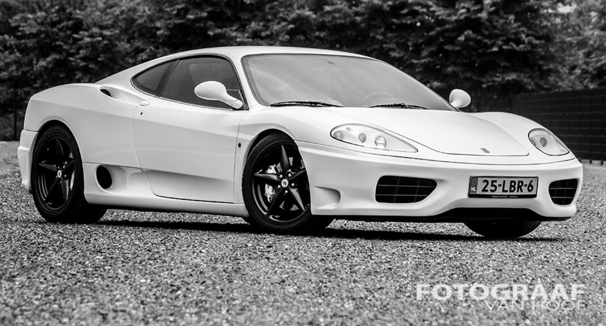 Ferrari 360 Modena - zeldzaam geval zo'n witte 360 Modena. als verrassing van een vriend mocht ik me er een uurtje met mijn camera op uitleven. - foto door frankhoof op 26-06-2013 - deze foto bevat: ferrari, design, italiaans, 360, modena, zwart wit