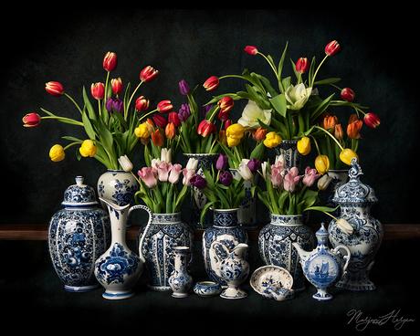 Stilleven met tulpen en Delfts blauw
