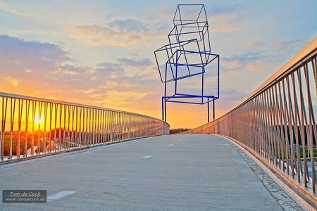 Fietsbrug Schinveld - Fietsbrug Schinveld bij zonsondergang. - foto door cockie op 15-04-2021 - locatie: 6451 Schinveld, Nederland - deze foto bevat: brug, fietsbrug, zonsondergang, kunstwerk, wolken, limburg, schinveld, wolk, lucht, dag, natuur, infrastructuur, nagloeien, verlichting, hek, architectuur, boom