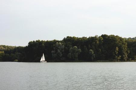 IMG_7670.jpg - Le lac d'ailette - foto door ellenvanlent op 30-07-2014 - deze foto bevat: water, natuur, bomen, bootje, langschap