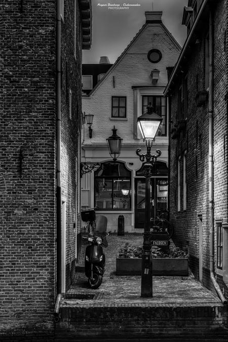 Zicht op Fnidsen - - - foto door m_oudenaarden op 16-01-2021 - deze foto bevat: oud, donker, straat, licht, avond, lijnen, fiets, structuur, architectuur, bewerkt, schaduw, silhouet, gebouw, stad, perspectief, holland, nederland, alkmaar, bewerking, zwartwit, sfeer, lantaarn, huis, contrast, straatfotografie, photoshop, hdr, centrum, textuur, details, straatlantaarn, scooter, noordholland, europa, avondfotografie, lightroom, nik, noord-holland, fotohela, urban exploring, lange sluitertijd