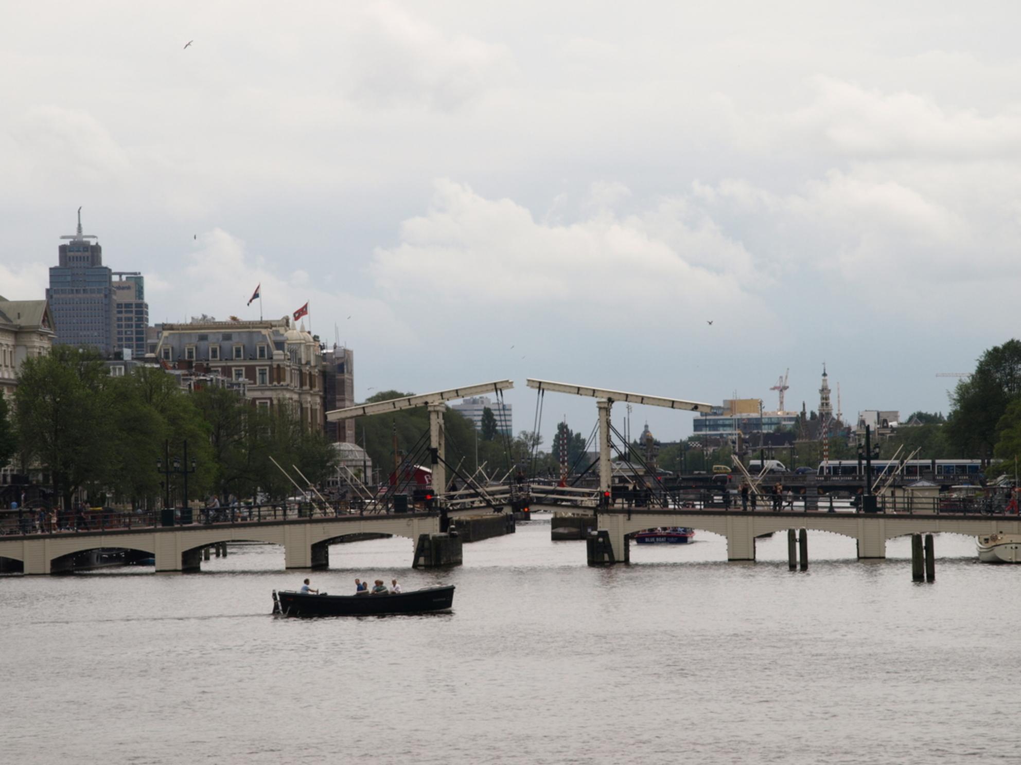gracht AMSTERDAM - MOOI AMSTERDAM - foto door Gooiseroos op 12-07-2017 - deze foto bevat: wolken, mensen, amsterdam, kleur, abstract, water, boot, beeld, reizen, gracht, bruggen, voertuig, beweging, straatfotografie, varen, details - Deze foto mag gebruikt worden in een Zoom.nl publicatie