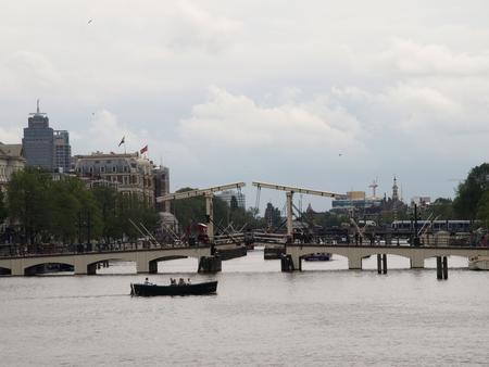 gracht AMSTERDAM - MOOI AMSTERDAM - foto door Gooiseroos op 12-07-2017 - deze foto bevat: wolken, mensen, amsterdam, kleur, abstract, water, boot, beeld, reizen, gracht, bruggen, voertuig, beweging, straatfotografie, varen, details
