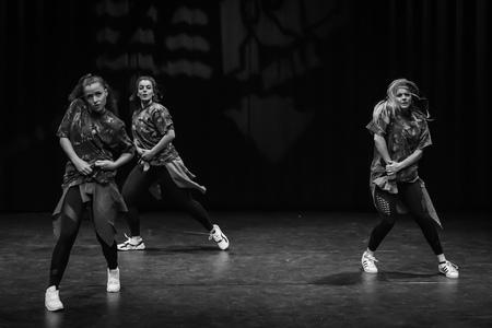 Hiphop dancing... - Foto genomen in Theater Castellum te Alphen aan den Rijn.  Even in het groot bekijken! - foto door Zoom4Hans op 08-04-2020 - deze foto bevat: mensen, dans, zwartwit, straatfotografie, hiphop, podiumfotografie