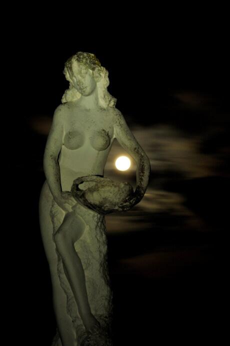 volle maan omarmd door kunst