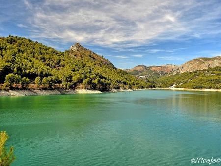 Stuwmeer Guadalest - Bedankt voor al jullie reacties en adviezen op mijn vorige foto's:) - foto door ocelot_zoom op 20-10-2020 - deze foto bevat: landschap, bos, bomen, bergen, spanje, ldr, nicojo, guadalest