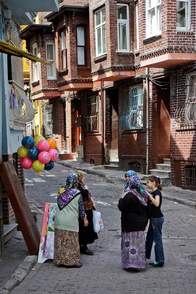 Buurtpraatje op straat - Een buurtpraatje in een van de wijken van Istanbul. - foto door Maragmar op 29-04-2012 - deze foto bevat: straat, stad, ballonnen, huizen, turkije, vrouwen, hoofddoek, istanbul, onderonsje, turks, rustig, volksbuurt, buurtpraatje