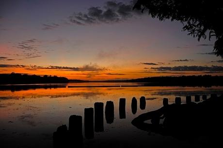 zonsopgang aan de Suriname rivier.