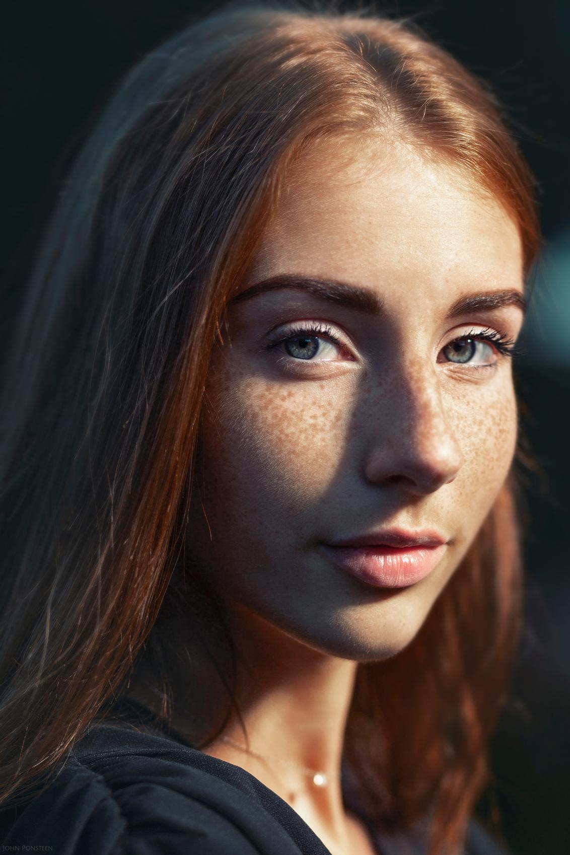 Dani - - - foto door Etsie op 08-08-2020 - deze foto bevat: licht, portret, schaduw, model, ogen, haar, meisje, blik, studio, puur, fotoshoot, sereen, flitser, indringend, sproeten, ginger, strobist, fine art