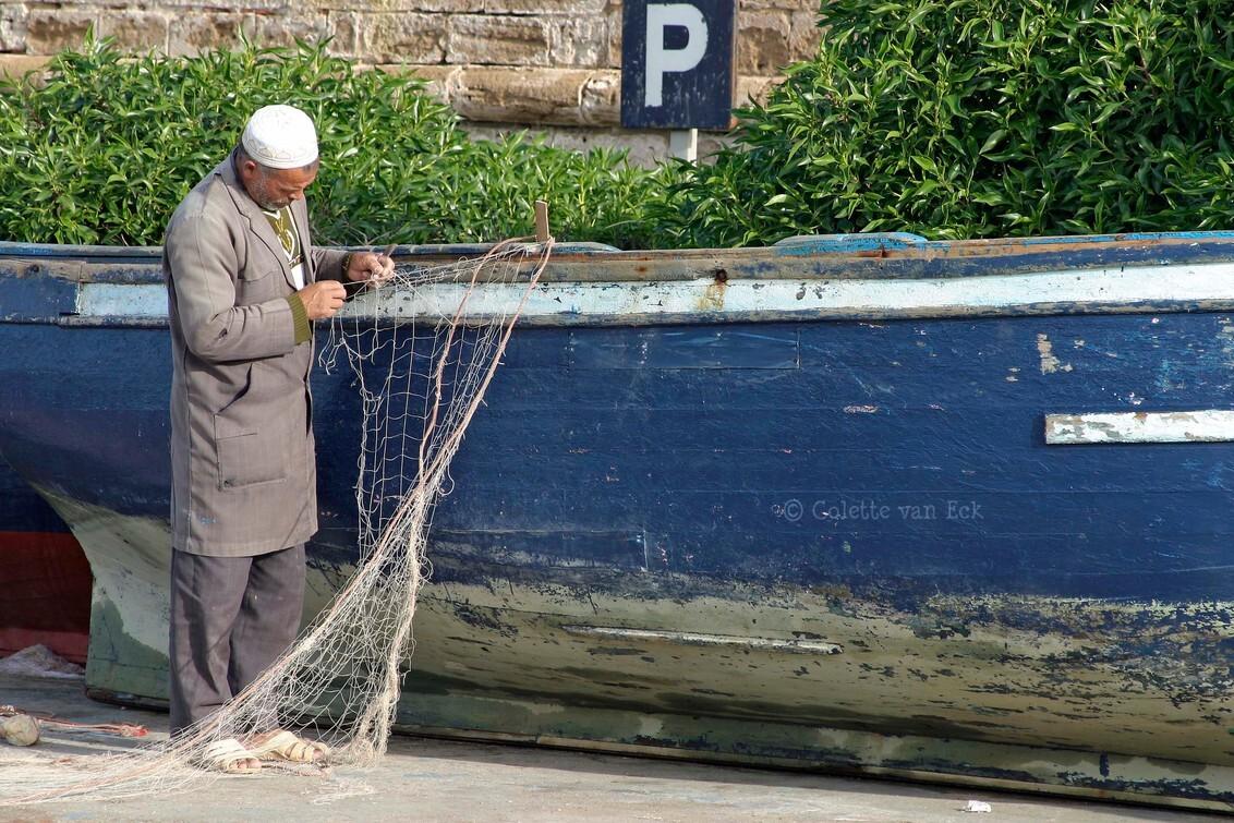 Fisherman - - - foto door colettevaneck op 29-09-2017 - deze foto bevat: mensen, boot, net, marokko, visser, straatfotografie, reisfotografie, colettevaneck