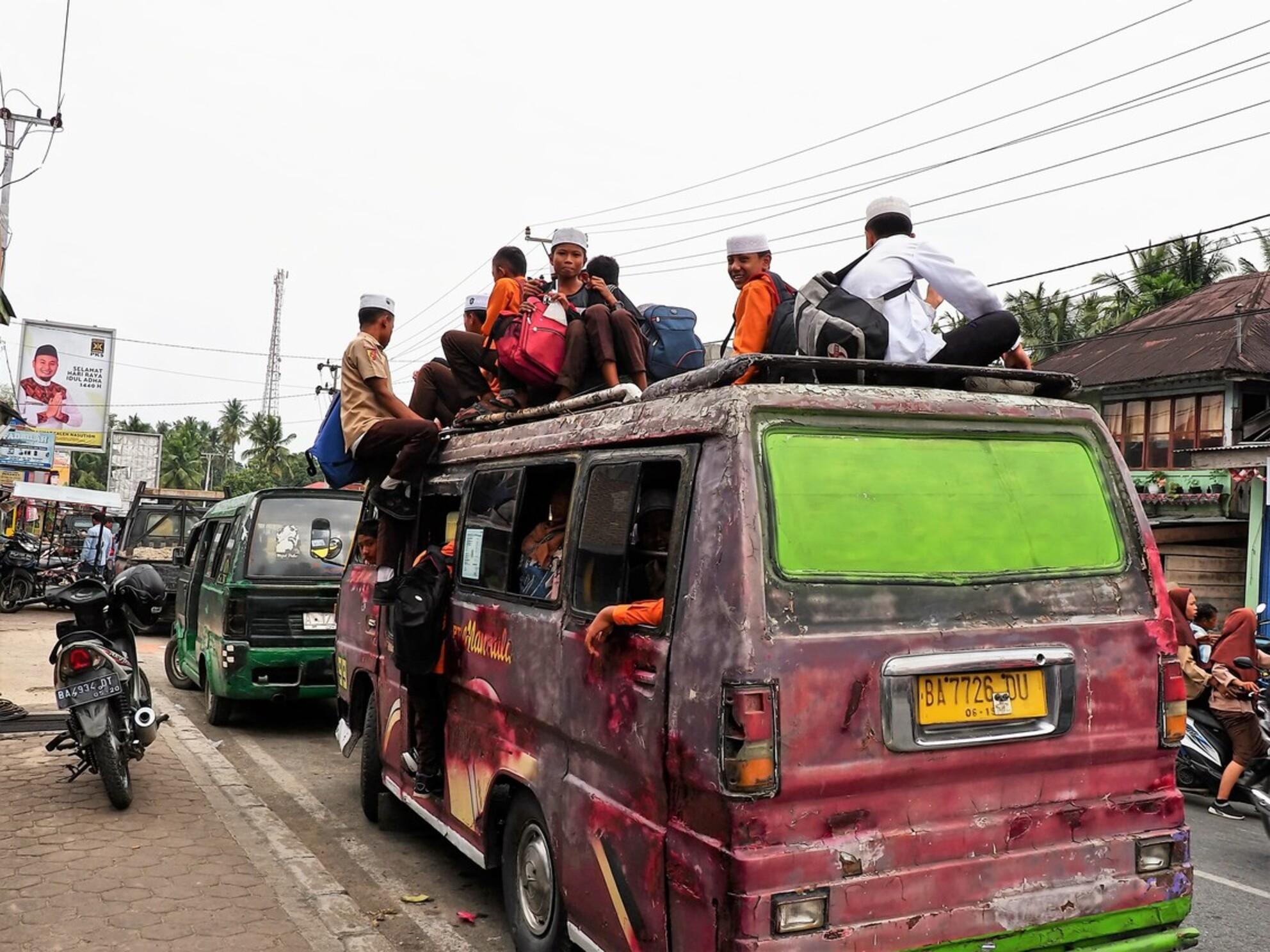 Mijn Reizen - En zo gaat  de school jeugd  naar school toe  levensgevaarlijk maar ja hier bij ons doen ze sommige ook heel toeren .    Bedankt voor de reacties  - foto door Stumpf op 03-03-2021 - Deze foto mag gebruikt worden in een Zoom.nl publicatie