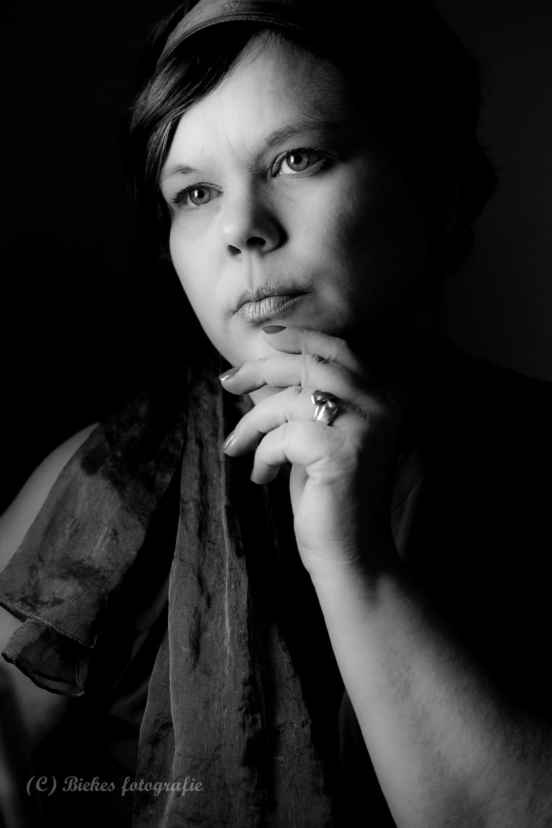 just me - mijn nieuwe lens uitproberen :) Studio thuis, 1 daglichtlamp gebruikt en omgezet in LR naar zwart wit. - foto door biekesfotografie op 22-02-2019 - deze foto bevat: vrouw, portret, zelfportret, zwartwit, emotie, studio, 35mm, Selfie