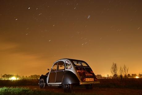 Citroen 2CV in de nacht