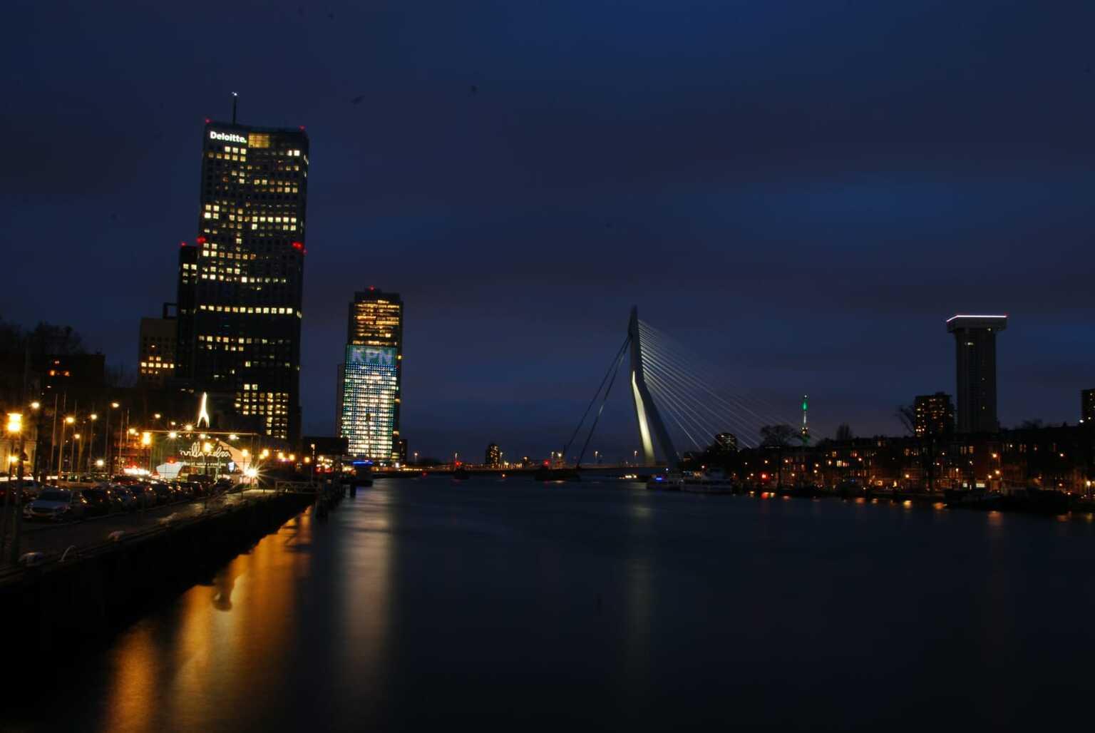 Erasmusbrug - erasmusbrug bij nacht - foto door Semdewit op 12-04-2021 - locatie: Rotterdam, Nederland - deze foto bevat: water, gebouw, lucht, wolkenkrabber, toren, natuur, schemer, torenblok, meer, wolk