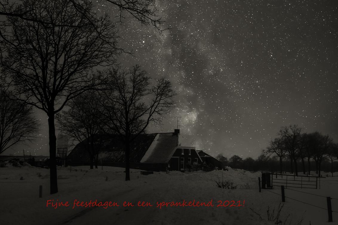 Feestdagen en meer - Deze foto (dia) is met een Minolta XE-5 spiegelreflex gemaakt tijdens de beruchte winter van 1979 (februari).  Heb de dia gescand en die omgezet na - foto door corvee1r op 17-12-2020 - deze foto bevat: oud, sneeuw, winter, nacht, bewerking, zwartwit, sterren, kerstwens, analoog, melkweg, milky way, corvee1r, zoom academy