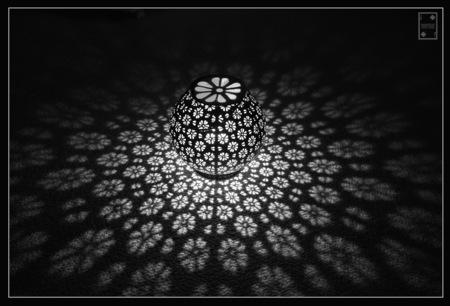 lampje - Tuinlichtje - foto door Bertrando op 10-04-2021 - deze foto bevat: lettertype, tinten en schakeringen, kunst, rechthoek, symmetrie, patroon, cirkel, duisternis, fractal kunst, metaal