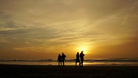 Komen en gaan . . - EGMOND AAN ZEE - Strandwandeling tijdens de ondergaande zon. - foto door 1103 op 03-12-2013 - deze foto bevat: strand, golven, wandeling, ondergaane, zon kleur, geel zee