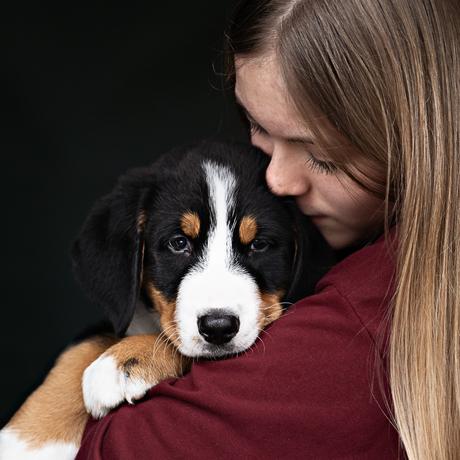 knuffelen met pup sem