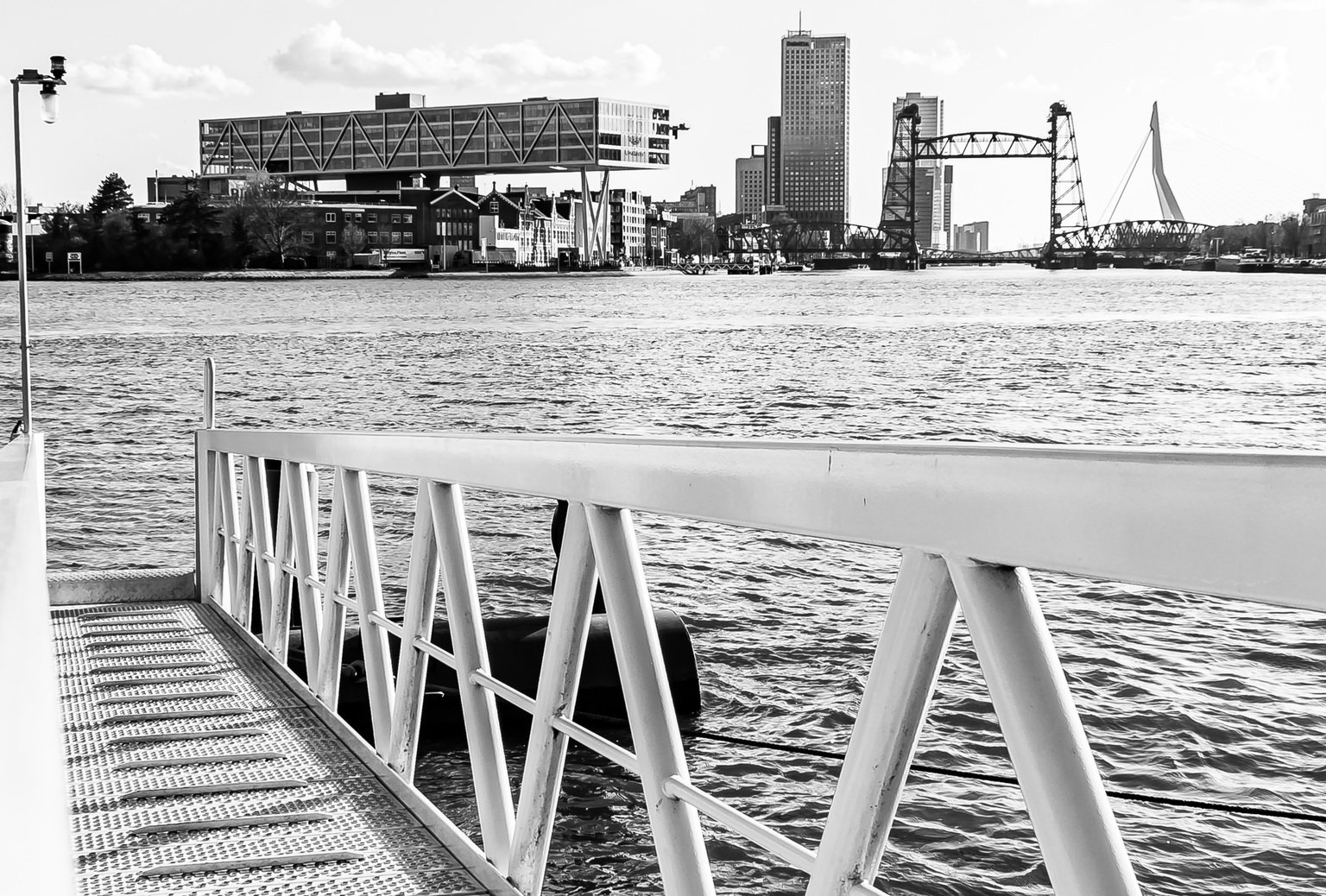 Één structuur in 3 objecten - Watertaxi steiger, Unilever gebouw en de Hef met een identieke structuur in de bouw verwerkt.  - foto door Edgar-S op 12-04-2021 - locatie: Rotterdam, Nederland - deze foto bevat: water, gebouw, watervoorraden, dag, lucht, wit, infrastructuur, zwart, zwart en wit, architectuur