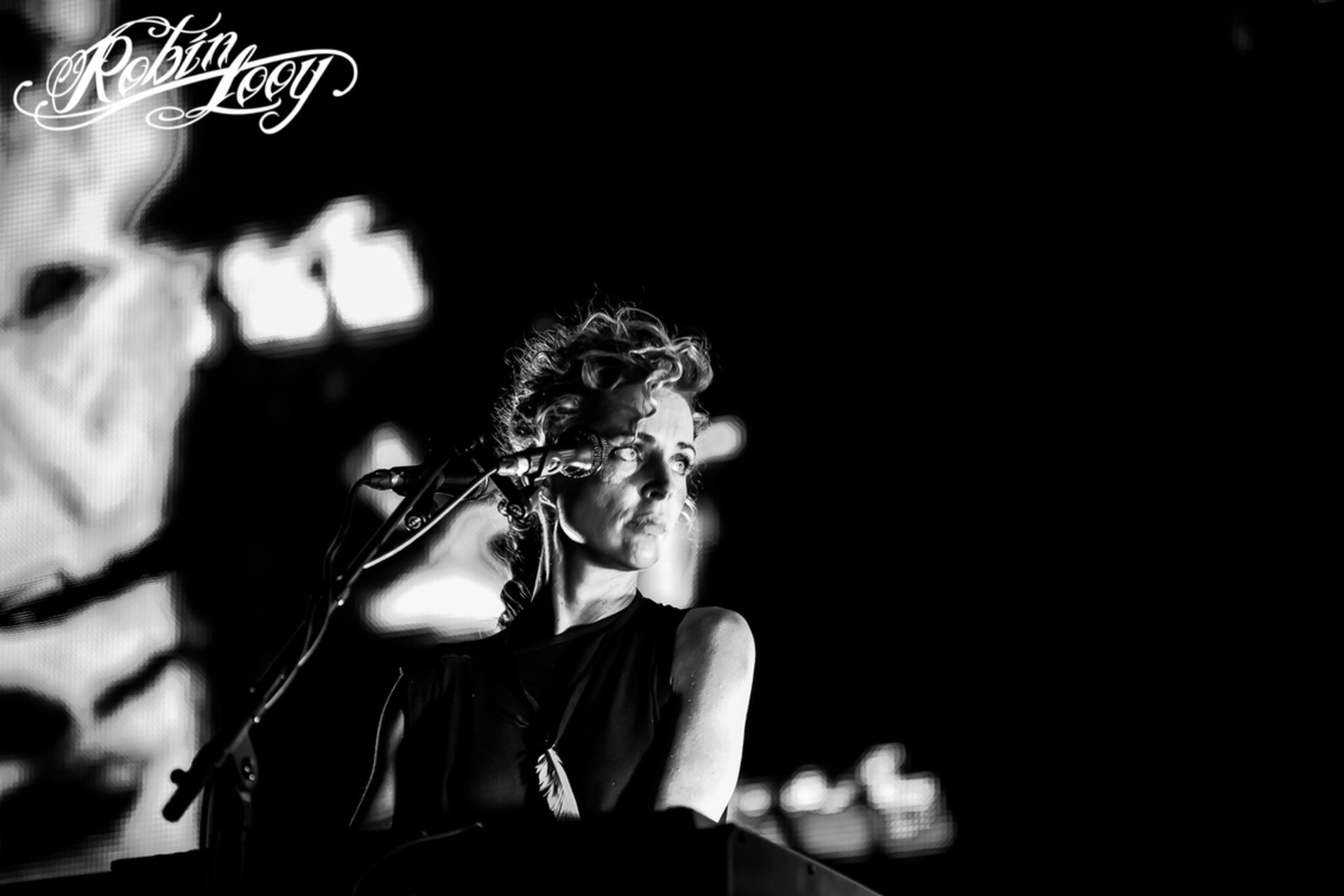 agnes obel fb-1 - Agnes Obel live op Rock Werchter 2017 - foto door robinlooy op 04-07-2017 - deze foto bevat: wit, zwart, optreden, concert, piano, show, zwartwit, zangeres, live, festival, concertfotografie, popfotograaf, popfotografie, agnes, pianiste, obel, concertfotograaf, agnes obel