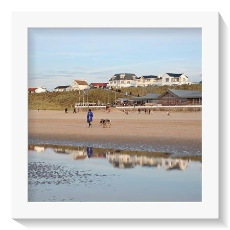 Zondag.... - Zondag.. Morgen Stranddag??      Veel dank voor de reacties en fijne waarderingen!!  - foto door 1103 op 10-04-2021 - deze foto bevat: water, lucht, rechthoek, gebouw, mensen op het strand, strand, horizon, fotolijst, landschap, meer