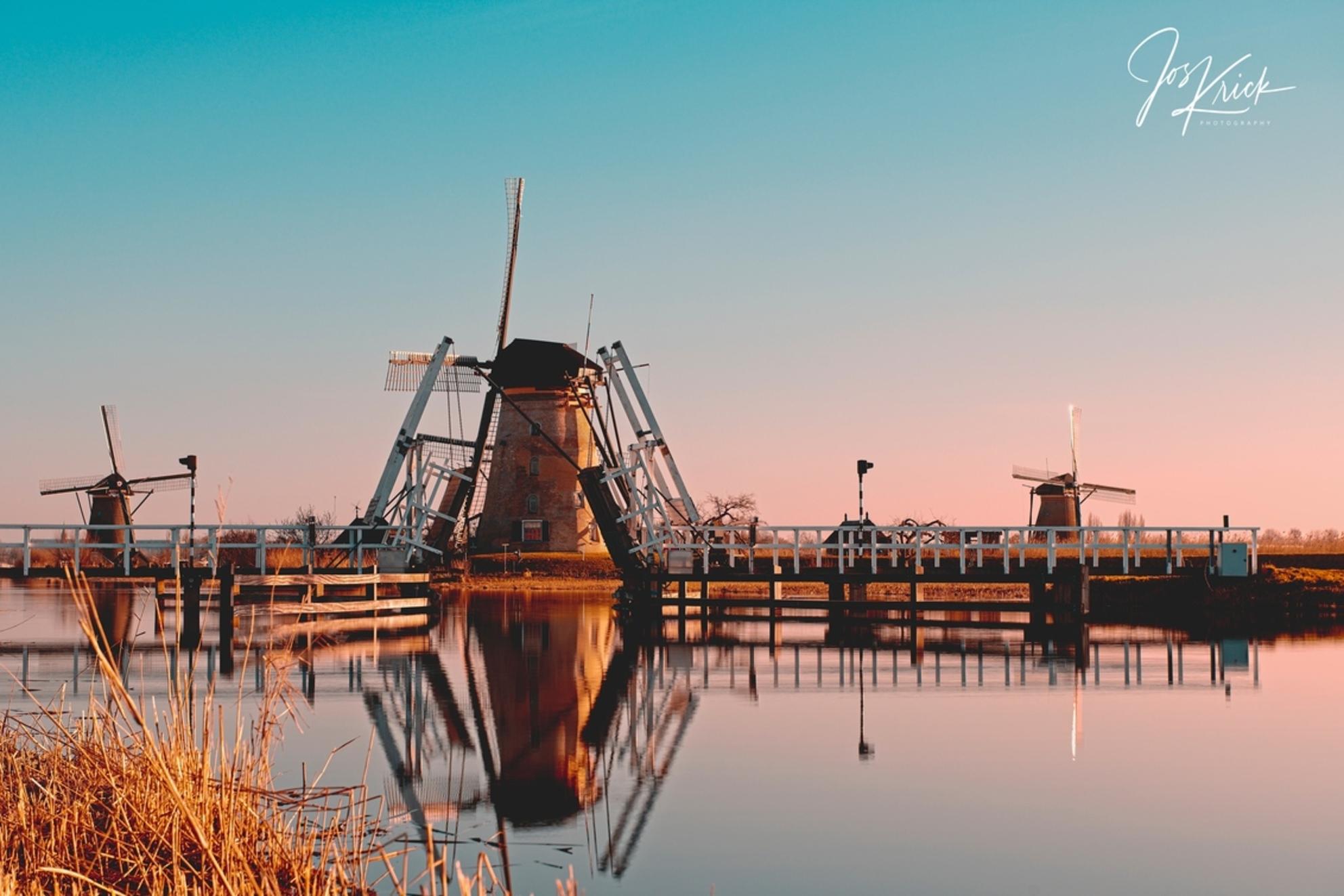 Sunset Kinderdijk - Zonsondergang na een mooie windstille, zonnige dag. - foto door Jos-Krick-Photography op 06-03-2021 - deze foto bevat: lucht, water, licht, avond, zonsondergang, spiegeling, molen, polder - Deze foto mag gebruikt worden in een Zoom.nl publicatie