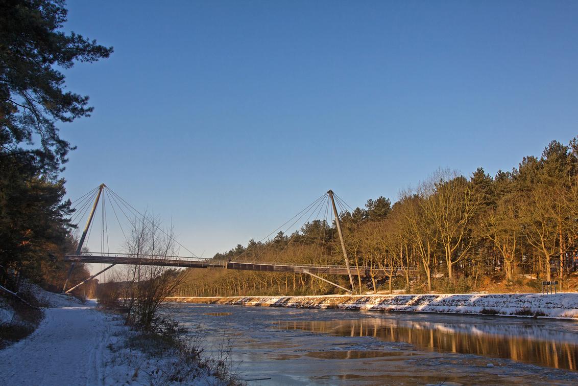Voetgangersbrug - Voetgangersbrug over het Kempisch Kanaal... tijdens een frisse winterwandeling wordt ie plots veel meer fotogeniek. ( De ijsbreker is net voorbij tr - foto door kosmopol op 10-02-2012 - deze foto bevat: winter, brug, kanaal, kosmopol