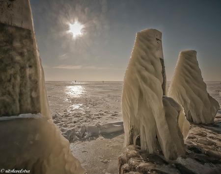 Beijsde meerpalen bij het monument. - Zag al die schitterende foto's van kruiend ijs en ijs op meerpalen voorbijkomen en bedacht me dat ik dat toch ook heb. Winter 2012 lopend op het IJss - foto door rits op 21-02-2021 - deze foto bevat: ijs, monument, ijsselmeer, meerpalen, winter 2012