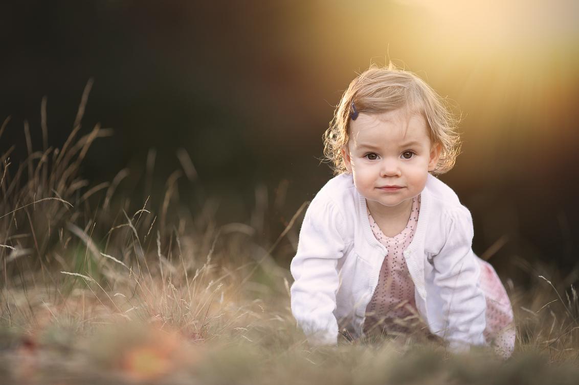 In het zand - - - foto door BrendaRoos op 04-02-2021 - deze foto bevat: licht, spelen, zonsondergang, portret, tegenlicht, daglicht, zand, kind, baby, meisje, lief, lensflare, kruipen, goudenuur