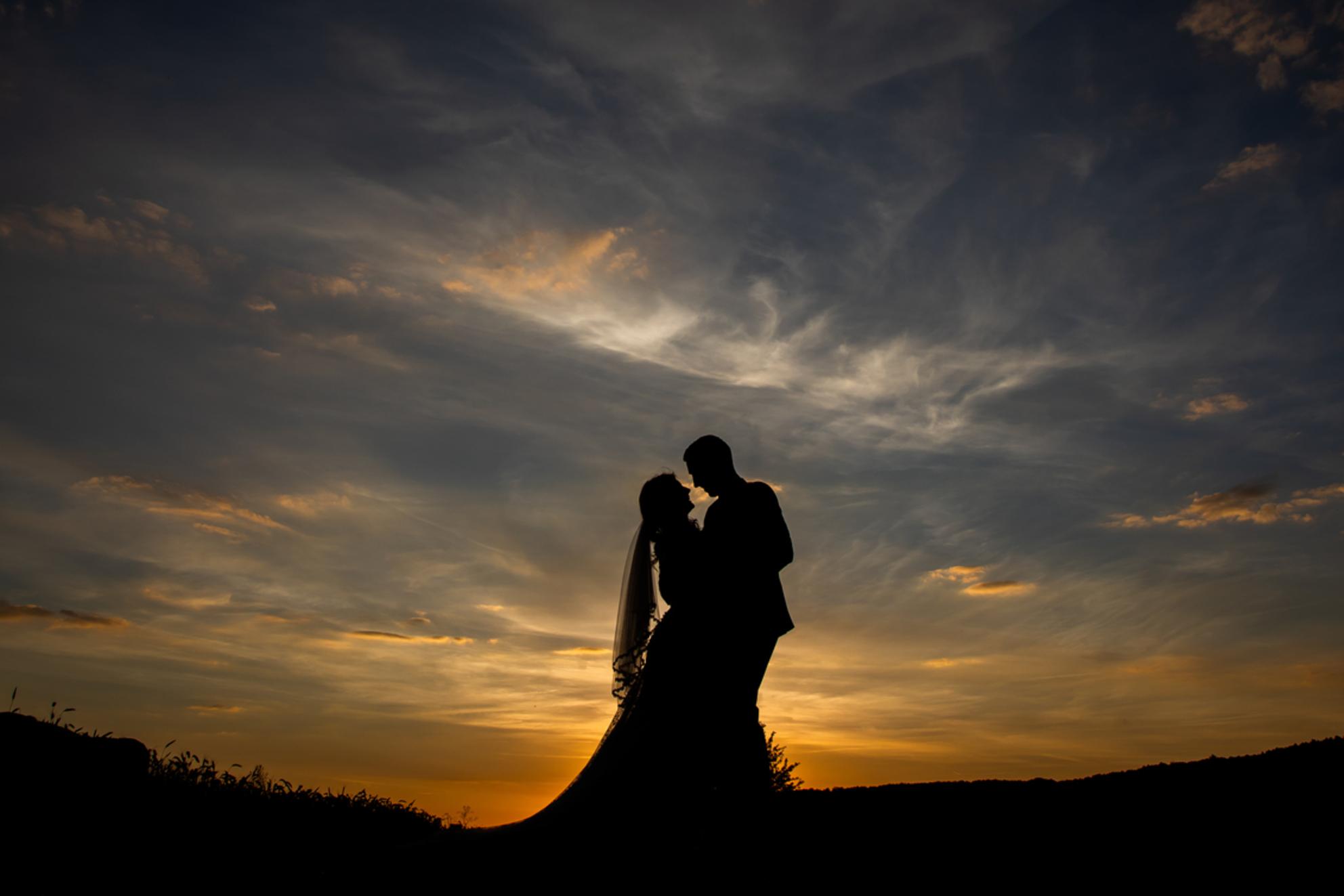 Avondzon in Frankrijk - - - foto door robinlooy op 15-02-2021 - deze foto bevat: lucht, wolken, zon, trouwen, avond, zonsondergang, silhouette, bruiloft, bruidspaar, bruidsfotograaf, trouwfotograaf, trrouwfotografie - Deze foto mag gebruikt worden in een Zoom.nl publicatie