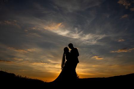 Avondzon in Frankrijk - - - foto door robinlooy op 15-02-2021 - deze foto bevat: lucht, wolken, zon, trouwen, avond, zonsondergang, silhouette, bruiloft, bruidspaar, bruidsfotograaf, trouwfotograaf, trrouwfotografie