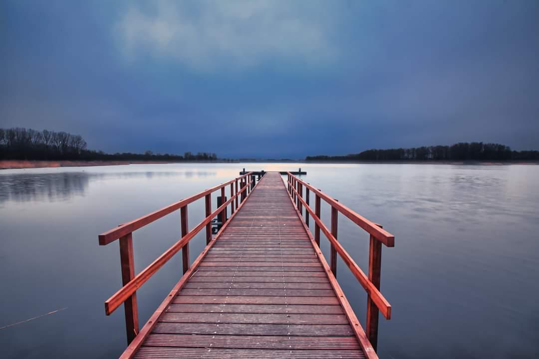 Donkere wolken - Grauwe ochtend bij geestmerambacht - foto door p.heins op 05-03-2021 - deze foto bevat: lucht, wolken, water, natuur, licht, landschap, polder, lange sluitertijd