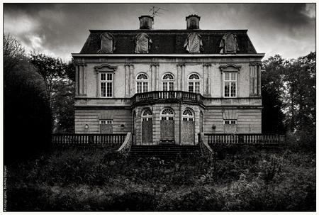 Spookhuis - [b]Spookhuis[/b]  Vanochtend in alle vroegte spookhuis 'Ivicke' in Wassenaar gefotografeerd, vooral om mijn nieuwe 'Zeiss Vario-Tessar T* 16-35mm F - foto door TommyDijkwel op 06-11-2017 - deze foto bevat: landschap, wassenaar, spookhuis, urbex, huize ivicke