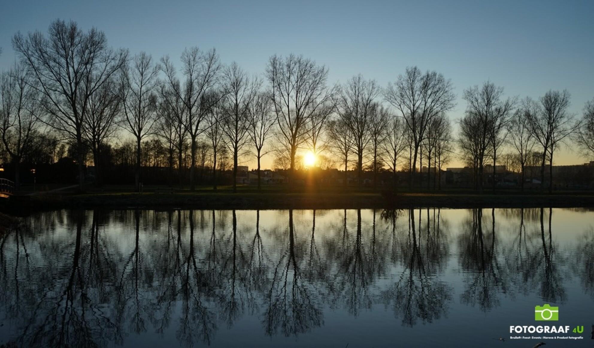 Ondergaande (winter) Zon - Fotograaf4U - Ondergaande (winter) Zon - foto door Fotograaf4U op 24-02-2019 - deze foto bevat: zon, water, sunset, natuur, zonsondergang, landschap, tegenlicht, winter landschap, water reflectie, zon schijnt door de bomen, ondergaande winter zon