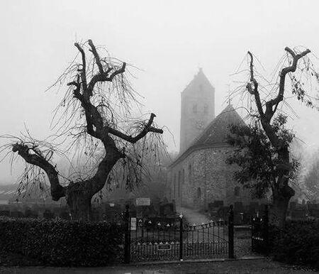 Vitus Kerk in de mist. (crop) - Kerkje bij ons in het dorp. - foto door wido-foto op 09-11-2014 - deze foto bevat: mist, mistig, kerk, zwartwit