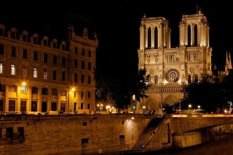 Notre Dame bij nacht